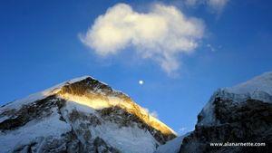 Новые рекорды на Эвересте: первая женщина из Шри-Ланки, первая семейная пара и 19 летняя австралийка достигли вершины мира!
