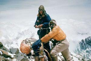 63 года назад Эдмунд Хиллари и Тенцинг Норгей впервые в истории взошли на вершину Эвереста