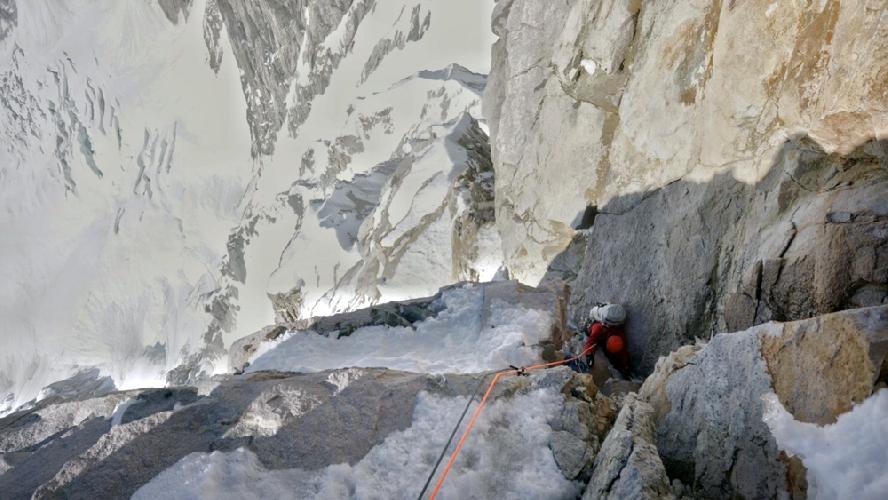 Крис Райт (Chris Wright) на микстовом участке М6 в первый день восхождения на пик Целено