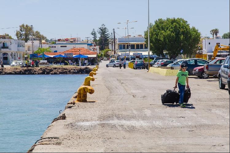 Набережная и порт Мастихари, здесь же конечная остановка автобуса. А еще наглядная иллюстрация пользы от детей в поездке.