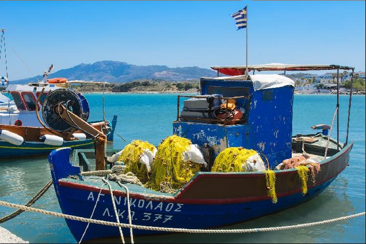 Мелкие рыбацкие лодки повсюду, и не удивительно, ведь это один из основных местных промыслов.