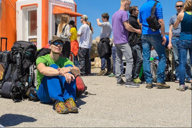 Очередь в кассу парома, практически все люди с самолета плывут дальше на Калимнос.