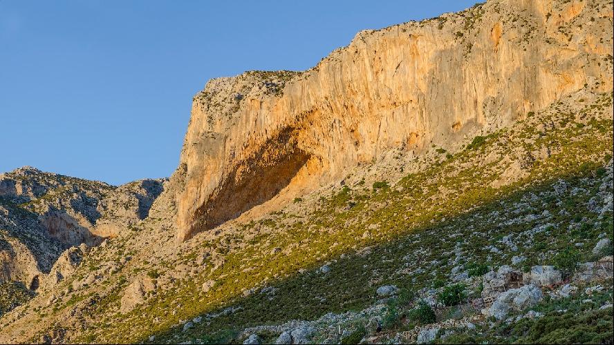 Grande Grotta – самый известный сектор Калимноса, многие знаменитые фотографии со скалолазом, лезущим по потолку на фоне закатного солнца именно отсюда.