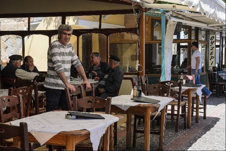 Греческий ресторанчик и его хозяин.