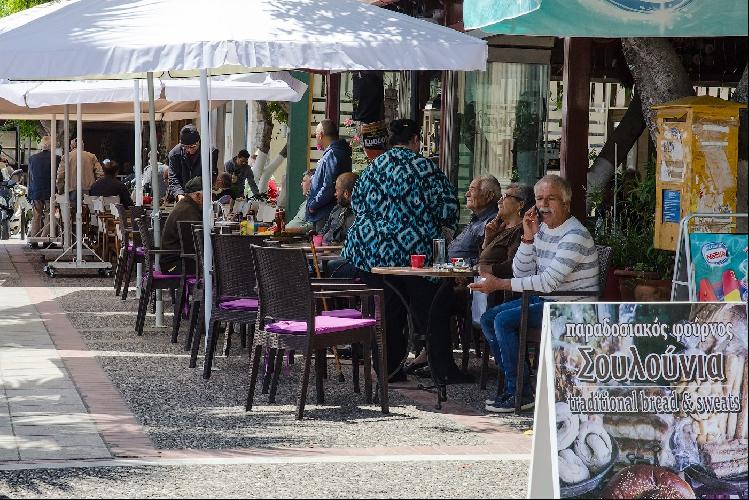 Жаркие полдни греки проводят именно так, попивая кофе и беседуя в тени под навесами многочисленных кафе.