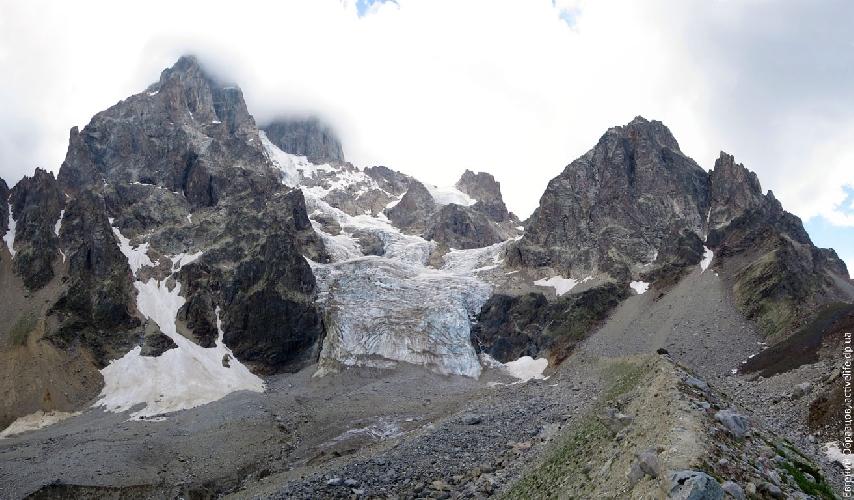 Панорама с моренного вала ледника Гуль. Моренный вал коварный, как минимум, стоит достать ледоруб