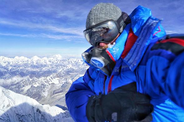 Путь к вершине и селфи Кори Ричардса на пике Эвереста. После этого его телефон выключился.