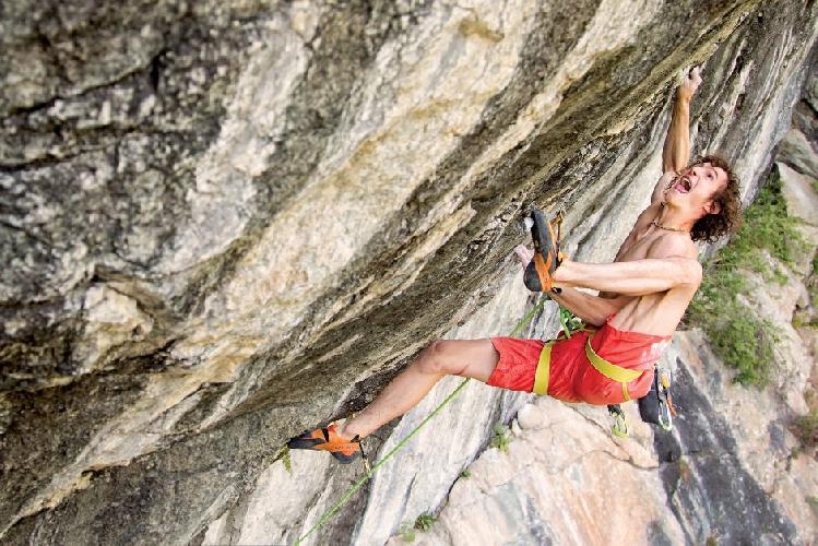 Адам Ондра демонстрирует свою гибкость на маршруте Les Tres Panes (8с)