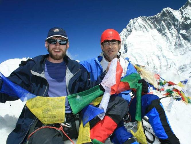 Чарльз МакАдамс (Charles MacAdams) на фото справа, на вершине Айленд-пик (Island Peak) в Непале вместе со своим сыном Джеффом в 2010 году