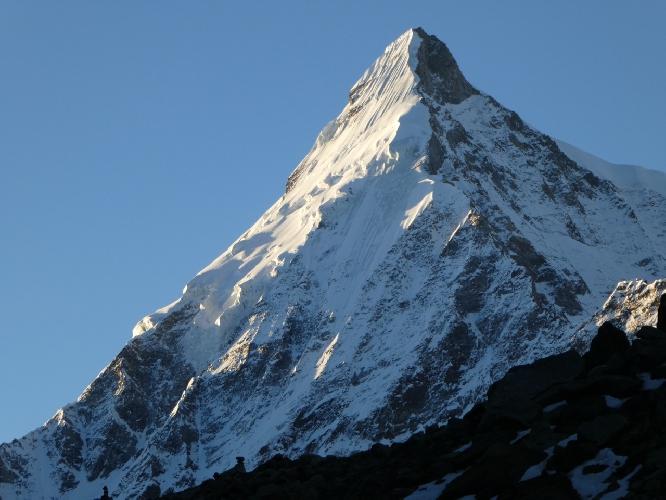 На переднем плане - Северо-Западный гребень горы Гангштанг (Gangstang) высотой 6162 м
