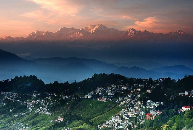 Но не только высота выделяет эту горную вершину в Гималаях, Канченджанга - это огромный по своей протяженности массив, горный хребет которого простирается более чем на 5 километров на высоте более 8000 метров над уровнем моря