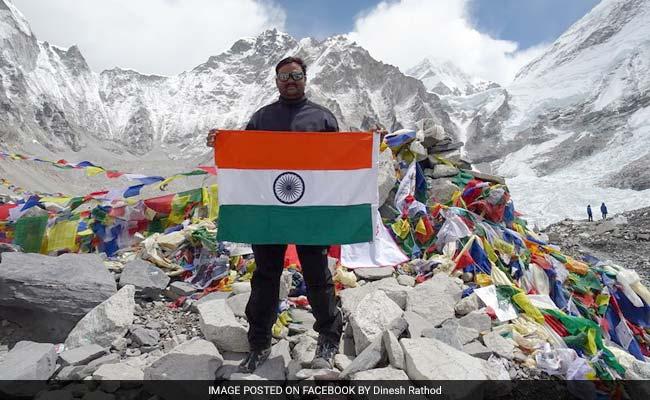 Динеш Ратход (Dinesh Rathod)  на фоне Эвереста, май 2016 года