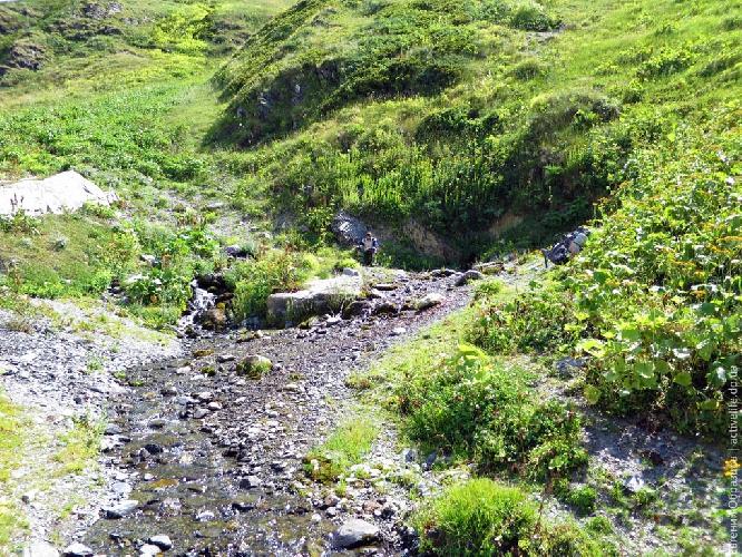 Родник у тропы. Следующая хорошая вода вытекает из ледника