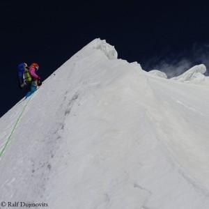 Ненси на самой высокой точке горы Пракпа Ри (Praqpa Ri), куда дошла команда