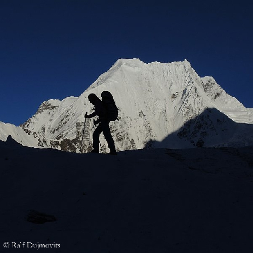 Ненси Хансен (Nancy Hansen) на фоне непокоренной горы Пракпа Ри (Praqpa Ri)