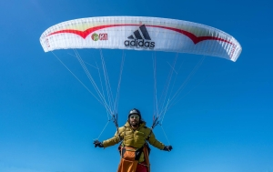 Французский экстремал Антуан Жирар стал первым в мире человеком, который поднялся на параплане на высоту более 8100 метров