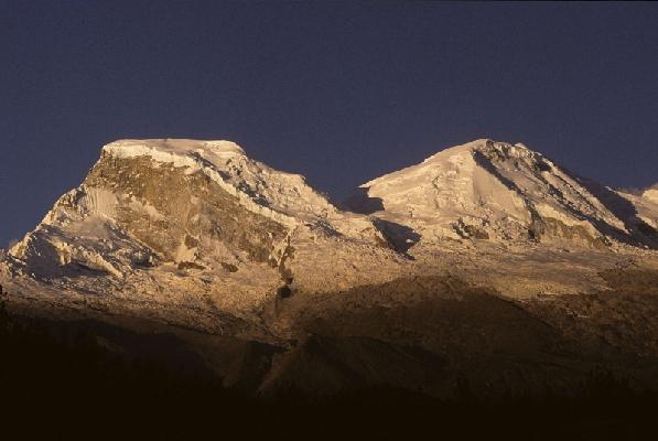 Четыре альпиниста погибли, еще пять получили ранения во время схода лавины на горе Уаскаран в Перу