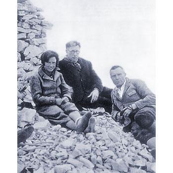 Справа - знаменитый гид Тита Пиаз