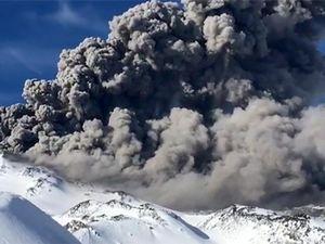 Горнолыжник снял на видео пробуждение вулкана в Чили