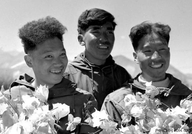 Китайские альпинисты: Цюй Инь-хуа (Qu Yinhua / 屈银华, на фото слева)  Ван Фу-чжоу и Гоньпо (тибетец) после восхождения на Эверест в 1960 году