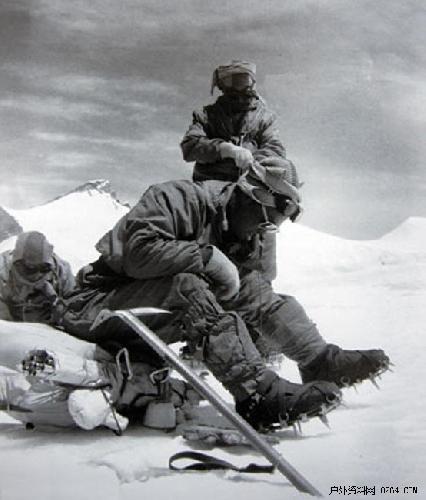 Китайские альпинисты: Цюй Инь-хуа (Qu Yinhua / 屈银华)  Ван Фу-чжоу и Гоньпо (тибетец)