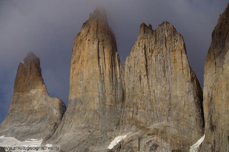 Чуть позднее, когда свет уже становится белым, но солнце ещё не поднялось слишком высоко, башни Торресов тоже неплохо выглядят.