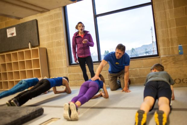 Алекс тренирует детскую команду Momentum climbing Photo: Jon Vickers