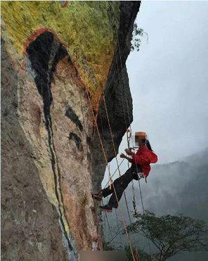 Китайская альпинистка нарисовала портрет возлюбленного на скале высотой 218 метров
