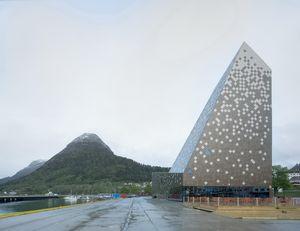 Пиксельный пик: в норвежском городке Ондалснес открылся центр скалолазания по проекту Рейульфа Рамстада.