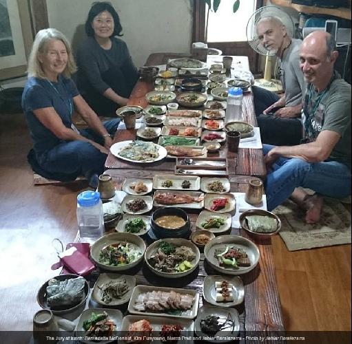 Жюри за традиционным корейским столом: как положено -  16 закусок!