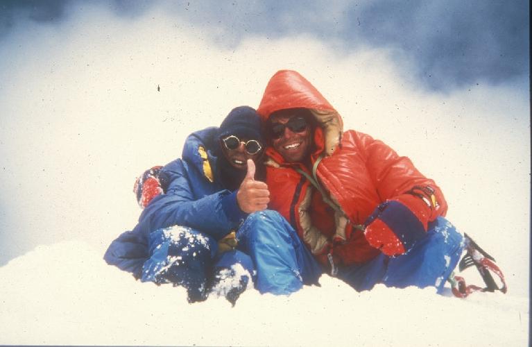 Виктор Сандерс (Victor Saunders) слева и Мик Фаулер (Mick Fowler) справа в 1987 году на вершине Спантик