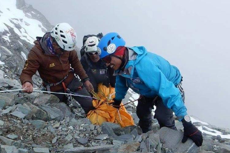 Спасатели выносят тело погибшего Анг Чхонгба шерпа (Ang Chhongba Sherpa) с Лобуче Восточная. 12 октября 2016 года