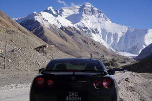 Впервые в мире суперкар смог доехать до базового лагеря Эвереста!