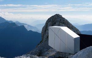 Хижина для альпинистов на самой вершине горы