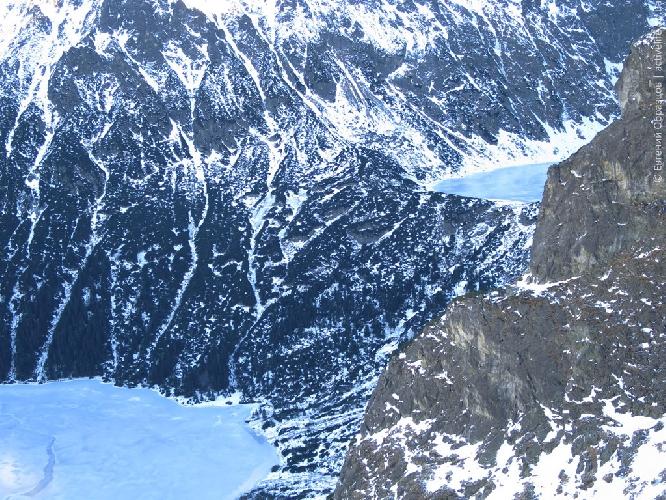 Морске Око, выше — Чёрное озеро Под Рысами выглядывает из-за северо-восточного ребра Менгушовецкого пика
