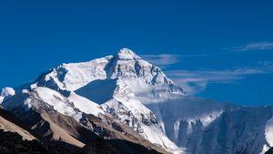 Сколько альпинистов принимают наркотики чтобы подняться на Эверест?