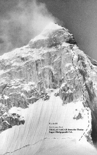 команда военных альпинистов из Франции под руководством полковника Jean-Claude Marmie делает попытку пройти Северную стену по Центральному кулуару