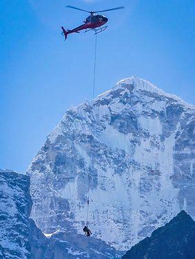 Из-за землетрясения в Непале, на горе Ама-Даблам погиб непальский шерпа, один британский альпинист ранен