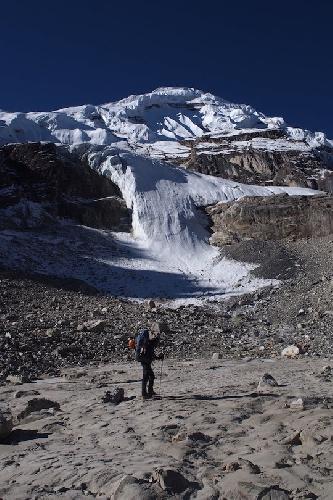Пик 6246 вид на Северное ребро (справа) и восточное ребро - по которому и поднялись альпинисты