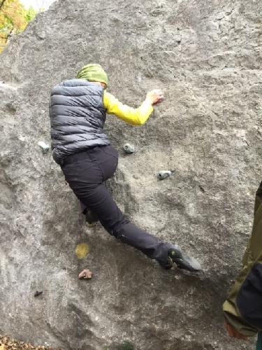 Фото 9. Поддержка скрестная задняя. Правая рука вышла за базу ног. Чтобы избежать неустойчивое положение при перехвате левой рукою, правая нога уходит скрестно вниз-вправо и упирается в скалу. Теперь левой рукою можно сделать перехват.