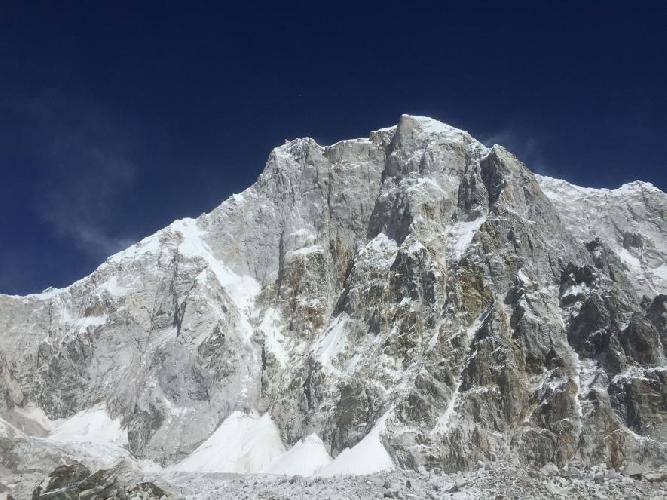 Лунаг-Ри. маршрут Конрада и Дэвида проходил по контрфорсу на левой части горы