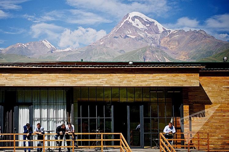 Вид на вершину Казбека (Мкинварцвери) с территории одного из отелей в Степанцминда. Фото: ALEXANDER IMEDASHVILI