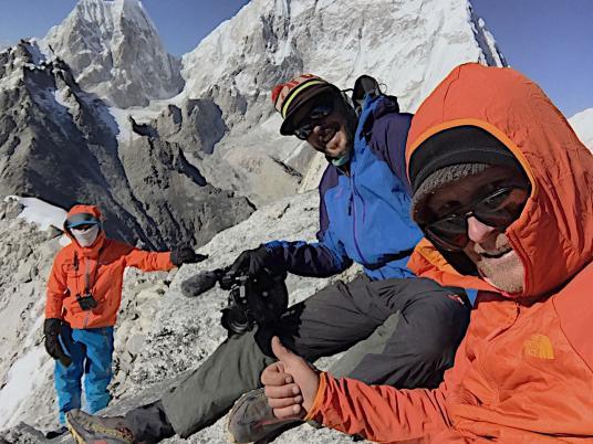 Конрад Анкер (на переднем плане), оператор Martin Hanslmayr  и Давид Лама на заднем плане во время акклиматизационного восхождения на пик Fox Peak перед восхождением на Лунаг-Ри