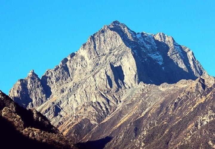 Восточная стена безымянного пика (ca. 5500m) западнее Nyel Japo (6150m)
