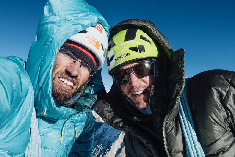 Хансйорг Ауэр (Hansjörg Auer ) и Алекс Блюмель (Alex Blümelll) на вершине Гиммигела Восточная (Gimmigela East, 7005 м)