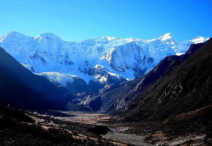 Северные стены этих пиков высотой 6000 метров окружают долину ледника Bobonung