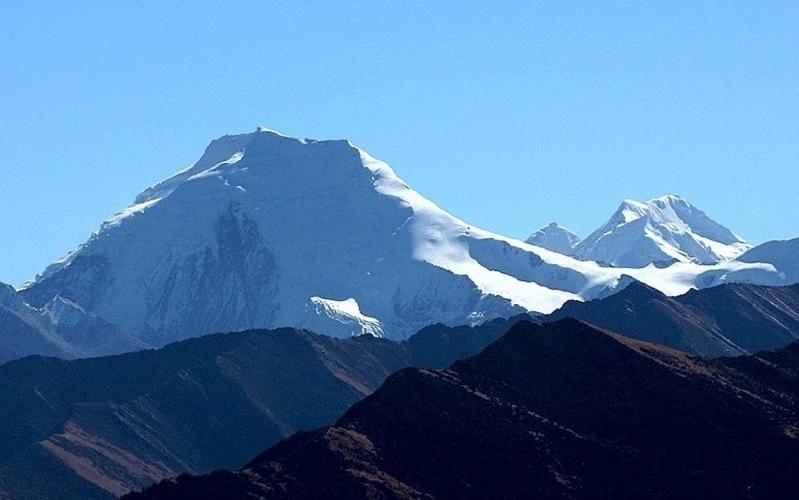 Северо-западная стена пика Chipula (6152 м) слева, на заднем фоне справа - безымянные пики высотой 6121 и 6215 метров