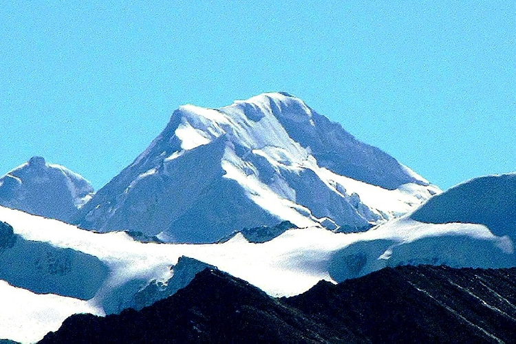 На переднем плане безымянный пик высотой 6121 метр, на заднем плане безымянный пик высотой 6215 метров. Северо-западная стена массива Bobonung