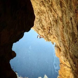 15-и летняя итальянская скалолазка Лаура Рогора открывает новый маршрут сложности 8с