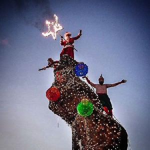 В США скалу превратили в рождественскую елку